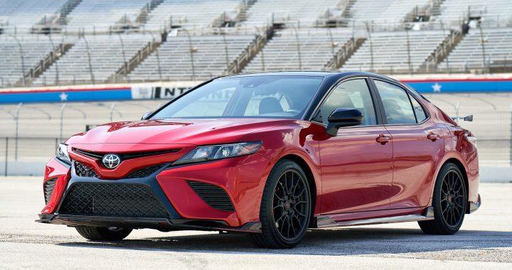 Toyota Camry 2020 rojo en un estadio