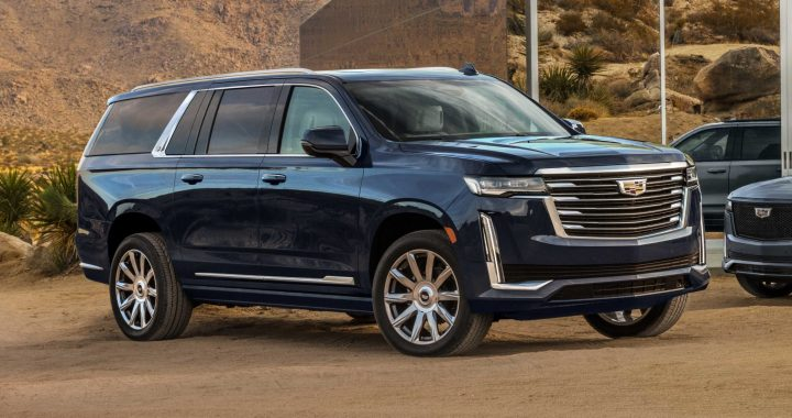 Cadillac Escalade 2021 azul en el desierto